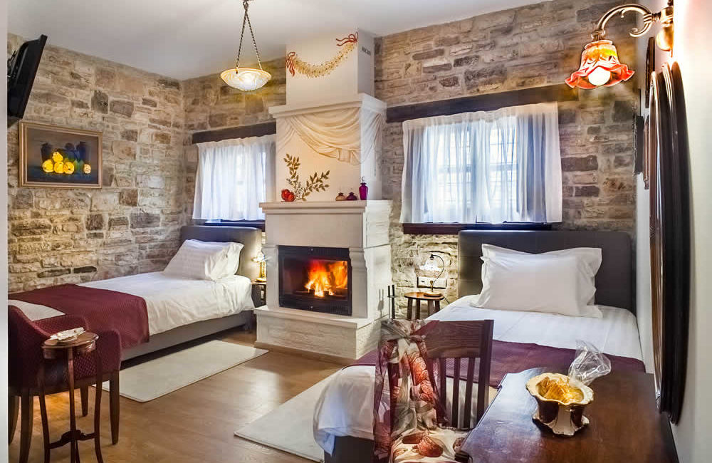 (DOUBLE ROOM WITH FIREPLACE – 10) A2 : GROUND FLOOR FACILITIES: TWO TWIN BEDS, SMART TV, FREE WI-FI, HYDROMASSAGE