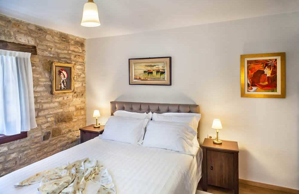 (DOUBLE ROOM WITHOUT FIREPLACE – 3) A4 : GROUND FLOOR FACILITIES : FULL BED, SMART TV, FREE WI-FI, HYDROMASSAGE