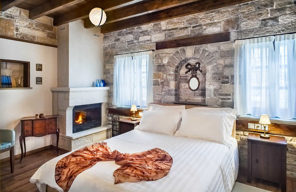 (DOUBLE ROOM WITH FIREPLACE – 10) BG2 : GROUND FLOOR FACILITIES : FULL BED, SMART TV, FREE WI-FI, HYDROMASSAGE