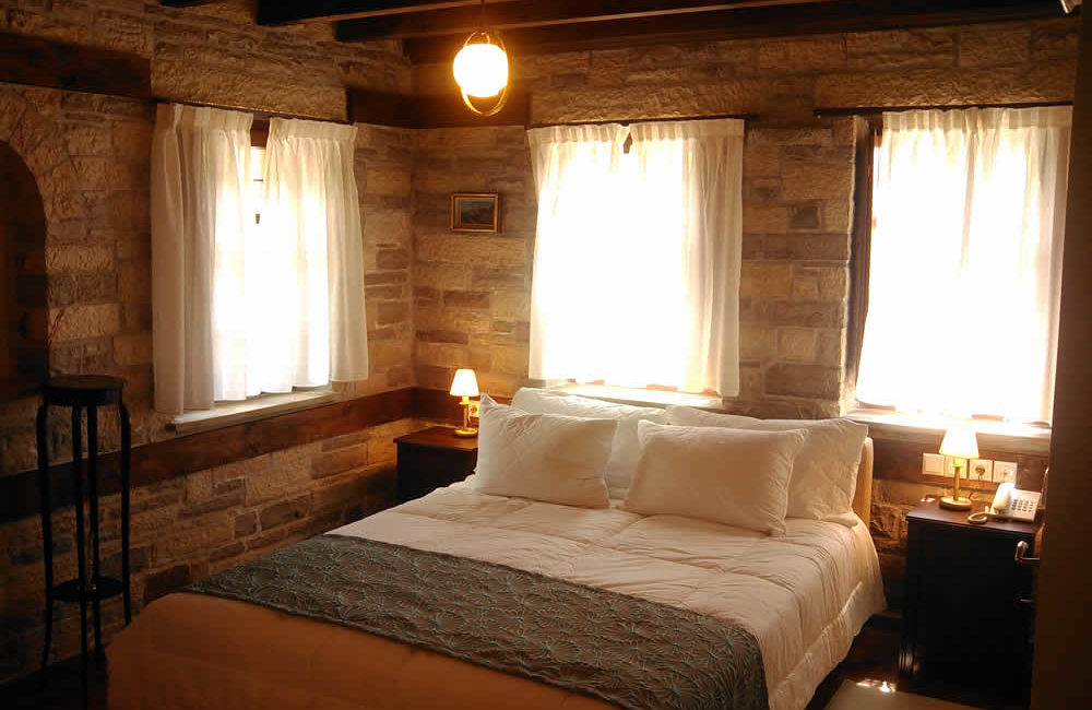 (DOUBLE ROOM WITH FIREPLACE – 10) BF1 : FIRST FLOOR FACILITIES : FULL BED, SMART TV, FREE WI-FI, HYDROMASSAGE