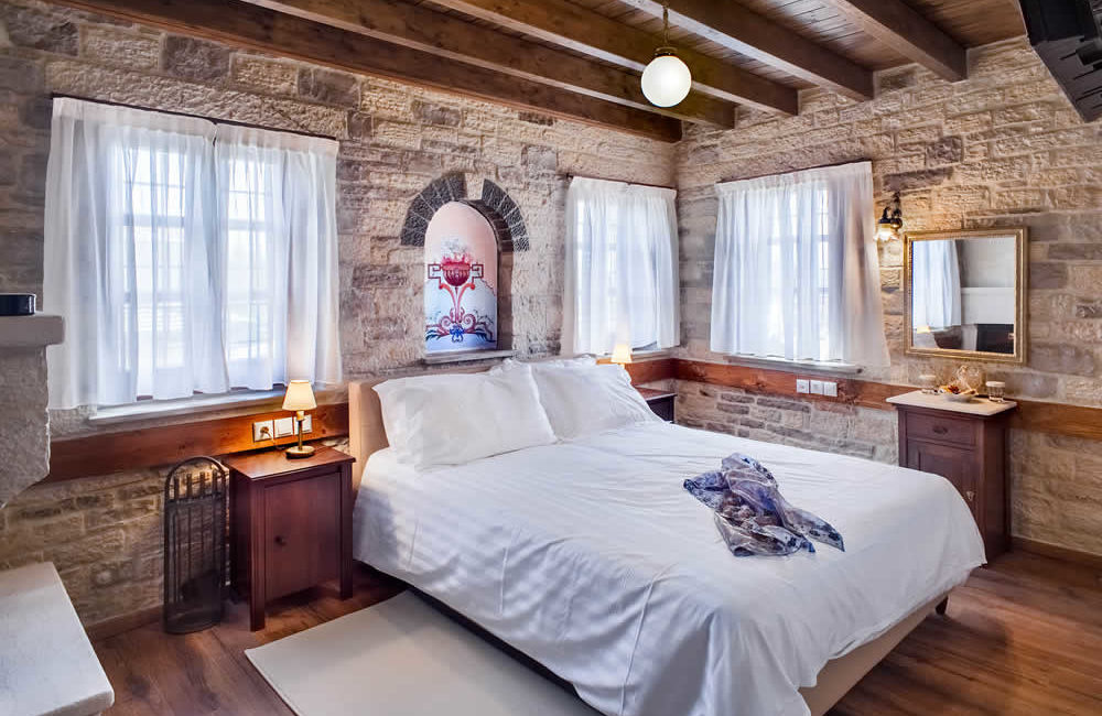 (DOUBLE ROOM WITH FIREPLACE – 10) BF2 : FIRST FLOOR FACILITIES : FULL BED, SMART TV, FREE WI-FI, HYDROMASSAGE